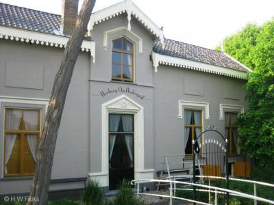 De buurtschap Hodenpijl heeft helaas geen plaatsnaamborden, en aangezien er ook geen gelijknamige straatnaam is, is de buurtschap ter plekke daarom slechts te herkennen aan de naam van Herberg Op Hodenpijl op de gevel van dit pand.
