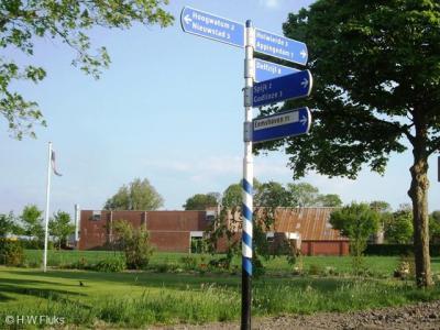 De buurtschap Hoogwatum heeft geen plaatsnaamborden, zodat je alleen aan de gelijknamige straatnaambordjes kunt zien dat je er bent aangekomen. In de omgeving staat wel een richtingbord dat naar de buurtschap verwijst.