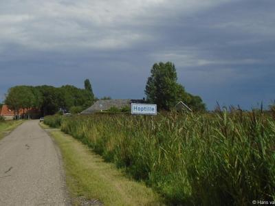 Hoptille is een buurtschap in de provincie Fryslân, gemeente Leeuwarden. T/m 1983 gemeente Baarderadeel. In 1984 over naar gemeente Littenseradiel, in 2018 over naar gemeente Leeuwarden. De buurtschap valt onder het dorp Hilaard.