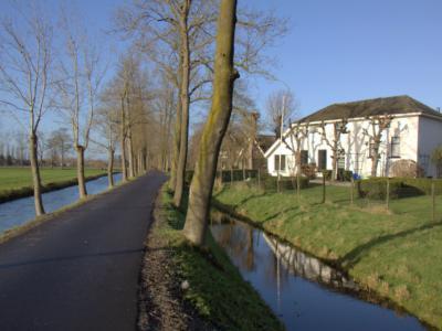Buurtschap Houtdijk ligt aan de gelijknamige smalle weg, met aan weerszijden een waterloop (© Jan Dijkstra, Houten)