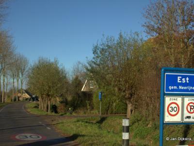 Kom je vanuit het zuiden Est binnen, dan direct rechtsaf, en daar ligt dan de kleine buurtschap Hucht