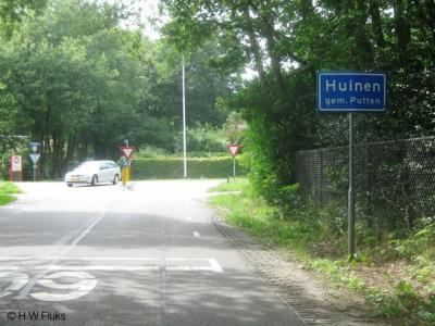 Buurtschap Huinen heeft een 'bebouwde kom' en heeft daarom blauwe plaatsnaamborden. Maar let op: in 2011 zijn ook in buur-buurtschap Veenhuizerveld plaatsnaamborden Huinen geplaatst. Een 'drukfoutje' dat de gemeente vooralsnog weigert te herstellen.