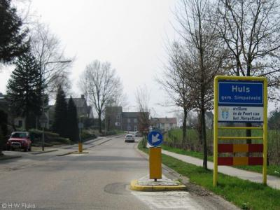 Huls is een dorp vlakbij Simpelveld, met blauwe plaatsnaamborden en dus een eigen 'bebouwde kom', maar ligt voor de postadressen 'in' Simpelveld
