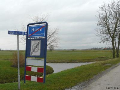 Het kleine dorp Húns heeft maar een straatnaam. Deze is gelijk aan de plaatsnaam: Húns dus.