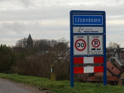 IJzendoorn is een dorp in de provincie Gelderland, in de streek Betuwe, gemeente Neder-Betuwe. Het was een zelfstandige gemeente t/m 30-4-1923. Per 1-5-1923 over naar gemeente Echteld, in 2002 over naar gemeente Neder-Betuwe. (© H.W. Fluks)