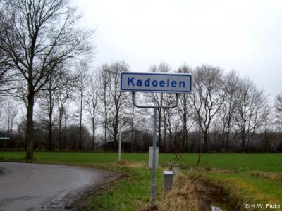 Kadoelen, in tegenstelling tot de meeste andere buurtschappen in ons land, heeft Kadoelen nog een eigen basisschool en een kerk (Gereformeerd Vrijgemaakt)