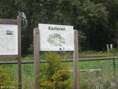 De buurtschap Kasteren heeft geen officiële plaatsnaamborden, maar heeft in 2009 wél een fraai informatiepaneel gekregen met daarop wetenswaardigheden over de buurtschap, én de plaatsnaam er groot op vermeld. Pluim voor de gemeente Boxtel!