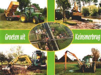 Recente ansichtkaart van Keinsmerbrug die inwoonster Josette Wester zelf heeft ontworpen. Met in het midden een luchtfoto van het buurtje rond de Keinsmerbrug, en eromheen foto's van haar eigen bedrijfsactiviteiten (zijnde grond-, weg- en waterbouw).