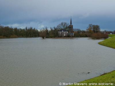 Hoogwater in de Millingerwaard, met op de achtergrond o.a. de kerk van Kekerdom