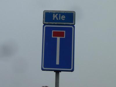 Buurtschap Kie is een heel klein buurtschapje met een heel kort plaatsnaampje en daarom ook een heel klein straatnaambordje, dat tevens als plaatsnaambordje fungeert. De buurtschap ligt, zoals je ziet, aan een doodlopend weggetje (©Acronius van der Zweep)