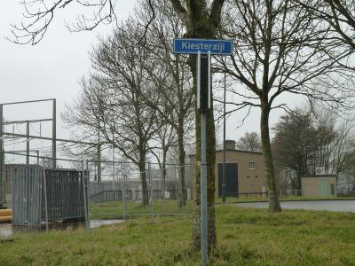 Buurtschap Kiesterzijl heeft geen plaatsnaamborden, en is daarom ter plekke alleen te herkennen aan de gelijknamige straatnaambordjes. (© Acronius van der Zweep)