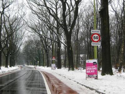 De buurtschap Kievitsdel heeft wel héél kleine plaatsnaambordjes. Daar moet je inderdaad niet harder dan met 50 km/u aan voorbij rijden, anders zie je ze over het hoofd...