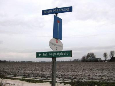 Klein Maarslag heeft geen plaatsnaambordje, maar gelukkig heeft het een gelijknamige straatnaam met bordje aan de doodlopende weg, dus als je het kerkhof hier wilt bezoeken, kan het niet missen.