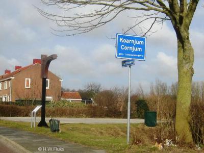 In 2009 zijn de plaatsnamen in de gemeente Leeuwarderadeel officieel Friestalig geworden. Zo heet Cornjum nu Koarnjum. Als service naar de 'Hollanders' die daar nog aan moeten wennen, staat de Nederlandse variant er op de plaatsnaamborden nog wel onder.