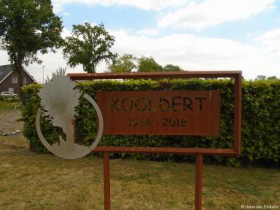 De buurtschappen in de gemeente Uden hebben van de gemeente helaas geen plaatsnaamborden gekregen. Dus maken sommige die zelf maar, zoals hier de buurtvereniging van buurtschap Kooldert t.g.v. het 50-jarig bestaan in 2018.