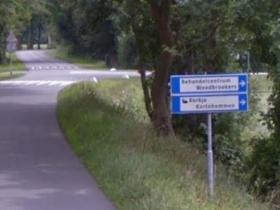 De oude kern van Kortehemmen, met de bekendste objecten van dit dorp, het kerkje en het Woodbrookers-complex, ligt erg verscholen in het landschap. Gelukkig staan in de omgeving wel richtingborden die je de goede kant op sturen. (© Google)