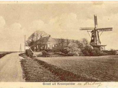 Kroonpolder is niet alleen een polder maar ook een buurtschap. Er zijn diverse mooie ansichtkaarten bekend uit begin 20e eeuw met de tekst 'Groeten uit Kroonpolder' en een kenmerkend buurtschapsgezicht. Dit is er een van.