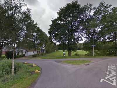 Buurtschap Kroonsfeld ligt rond dit mini-brinkje, op de foto komend vanuit de Zandumerweg die rechtsaf zijn weg vervolgt, met linksaf de Kroonsfelderweg naar de dorpskern van Oldekerk. (© Google)