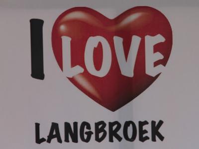 Gezien op de jaarlijkse schapenmarkt in Langbroek. We kunnen ons goed voorstellen dat men hier graag woont. Lees de tekst en zie de afbeeldingen maar op deze pagina. Nog beter: ga er maar eens wandelen of fietsen om zelf te zien hoe mooi het hier is!