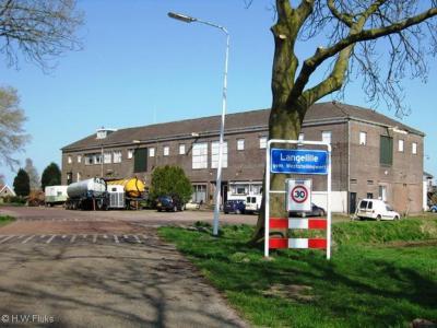Langelille is een dorp in de provincie Fryslân, in de streek Stellingwerven, gemeente Weststellingwerf. Op de achtergrond zie je de vroegere zuivelfabriek van het dorp. Tegenwoordig is er een zuivelfabriek in gevestigd.