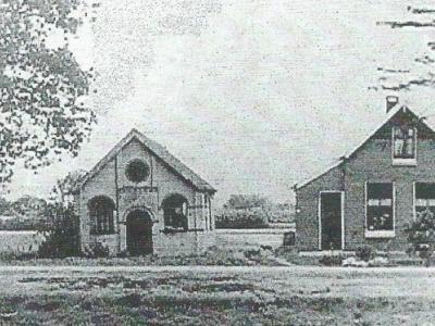In 1908 krijgt buurtschap Langerak bij Geesbrug een eigen gereformeerd kerkje ('evangelisatielokaal', links op de foto). In 1911 komt de pastorie rechts ervan gereed. Het kerkje is in 1916 een lagere school geworden en is inmiddels afgebroken.