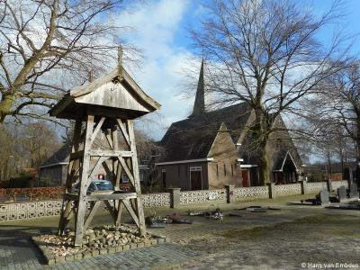 Langeveen, de huidige H. Pancratiuskerk dateert uit 1925. De houten klokkenstoel staat op het kerkhof.