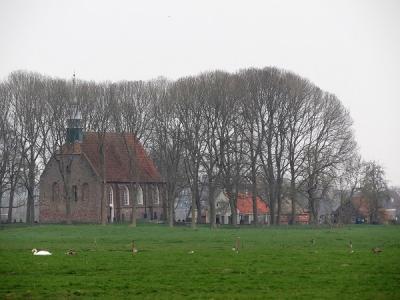 Gezicht vanaf het Aduarderdiep op kerk, kerkhof en kosterij van Leegkerk. (© Harry Perton/https://groninganus.wordpress.com)