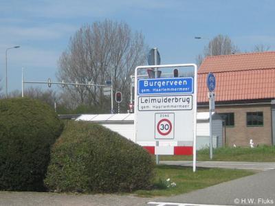 Deze bebording is wat verwarrend: het suggereert dat Leimuiderbrug een wijk van de plaats Burgerveen is, maar Leimuiderbrug is wél een formele woonplaats, ter plekke dus binnen de bebouwde kom van buurdorp Burgerveen gelegen.