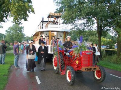 Tijdens het tweejaarlijkse Lemels Feest is er altijd een grote optocht waaraan 18 buurten meedoen. Hier buurtvereniging Statum tijdens de optocht 2011, die met haar prachtige Mississippi Queen raderboot de 2e prijs heeft gewonnen.