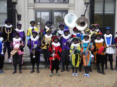 De buurtschap Oud-Over heeft een eigen muziekvereniging: Loenens Fanfarecorps Oud-Over, die in 2015 het 100-jarig bestaan heeft gevierd. Natuurlijk zijn er ook mensen uit Loenen lid van. Op de foto het korps tijdens de intocht van Sinterklaas in 2013.