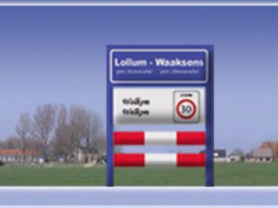 Lollum en het kleine buurdorp Waaksens werken op veel gebieden samen. Op de gezamenlijke website noemen ze zich ook tweelingdorp Lollum-Waaksens en hebben ze ook een gezamenlijk plaatsnaambord, dus niet in het echt, maar wel op de site.
