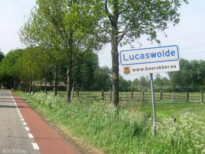 Lucaswolde was met ca. 200 inwoners het kleinste dorp van de voormalige gemeente Marum. Het heeft geen eigen voorzieningen en werkt daarom op veel gebieden samen met buurdorp Boerakker, zoals o.a. blijkt uit de vermeldingen onder de plaatsnaamborden.
