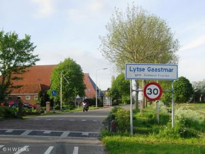 In ieder geval in 2012, maar wellicht al eerder, heeft de buurtschap die voordien bekend stond als Kleine Gaastmeer, plaatsnaamborden gekregen waar - alleen - de Friese variant, Lytse Gaastmar, op staat.