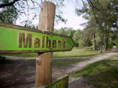 Curieus is dat in de omgeving een richtingbordje staat met de spelling Malbeek, want zo heeft de plaats nooit geheten. Het was vanouds immers Malbeck, en tegenwoordig Maalbeek. De spelling Malbeek is dus half Duits, half Nederlands, zou je kunnen zeggen.
