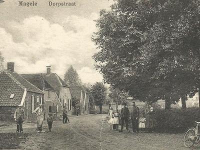 Magele, Dorpstraat, ansichtkaart uit begin 20e eeuw. Voor nadere toelichting zie het kopje Beeld.