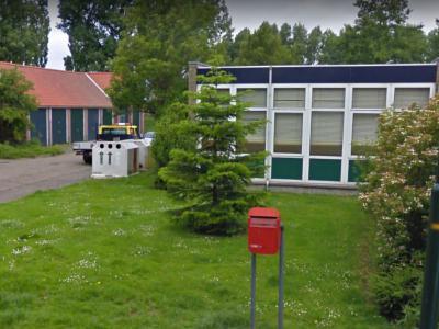 In het kleine dorp Markenbinnen zijn natuurlijk ook de voorzieningen naar rato klein. Zo is er een kleine kerk, was er een kleine school, waar vermoedelijk nu het kleine buurthuis in zit (foto) en er is zelfs een kleine brievenbus! (© Google)