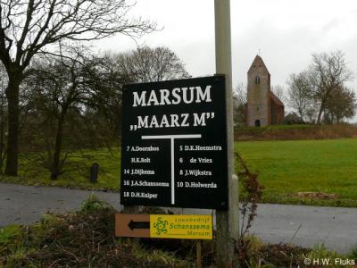 Het dorpje Marsum is zó klein dat alle inwoners op dit bord staan vermeld. Maar ze hebben mooi wél een van de oudste en fraaiste middeleeuwse kerken van Groningen!