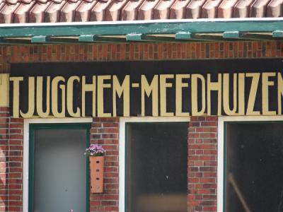 Het stationsgebouw van het vroegere station Tjuchem-Meedhuizen is bewaard gebleven. Het is aan het opschrift nog duidelijk als zodanig herkenbaar. Tjuchem werd in die tijd nog met -gch- gespeld. (© Harry Perton / https://groninganus.wordpress.com)