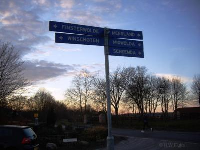 De buurtschap Meerland heeft geen plaatsnaamborden, en je kunt ook niet aan gelijknamige straatnaamborden zien dat je er bent aangekomen, want de weg ter plekke heet Groeveweg. Er staat wel een richtingbordje in de omgeving.