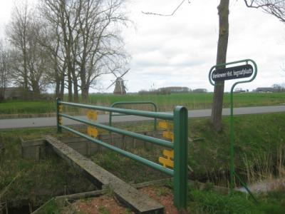 Survival; je moet dit balk-bruggetje over om bij de begraafplaats van Menkeweer te komen. (© H.W. Fluks)