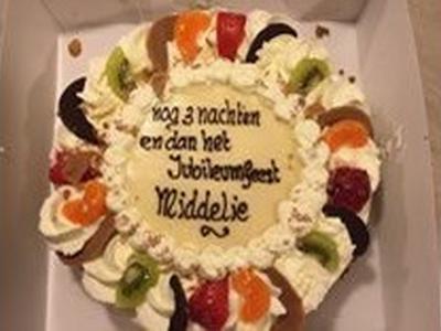Diverse verenigingen in Middelie hebben in 2015 een jubileum gevierd. Men heeft dat gecombineerd tot één groot Jubileumfeest. Vermoedelijk hebben de vrijwilligers deze taart gekregen toen de maandenlange voorbereidingen achter de rug waren.