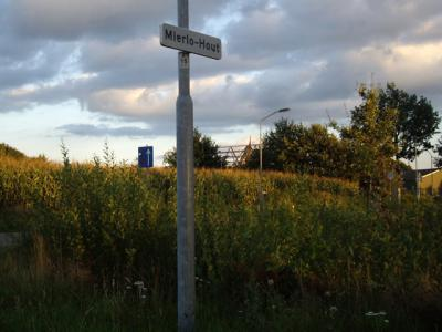 Het vroegere dorp Mierlo-Hout is door de stedelijke uitbreidingen van Helmond binnen de bebouwde kom van die stad komen te liggen en heeft daarom geen blauwe plaatsnaamborden meer, maar witte. (© H.W. Fluks)