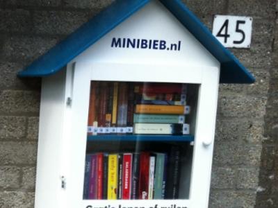 Hans Singerling uit Wijk aan Zee is in 2014 een 'Minibieb' aan huis begonnen. Voorbijgangers mogen daar een boek uit meenemen om te lezen. De bedoeling is dat zij er ook weer een boek dat zij zelf overhebben, in terug doen. (© www.minibieb.nl)