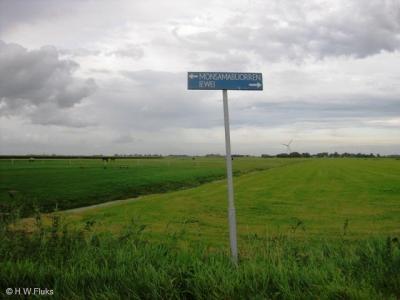 Monsamabuorren heeft als een van de weinige buurtschappen in de voormalige gemeente Littenseradiel geen plaatsnaambordjes, zodat je alleen aan de gelijknamige straatnaambordjes kunt zien dat je er bent aangekomen.