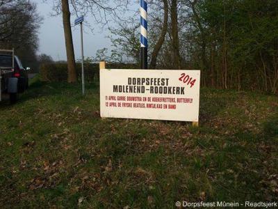 Hoewel de plaatsnamen Mûnein en Readtsjerk tegenwoordig formeel Friestalig zijn, is men daar lokaal niet altijd even eenduidig in
