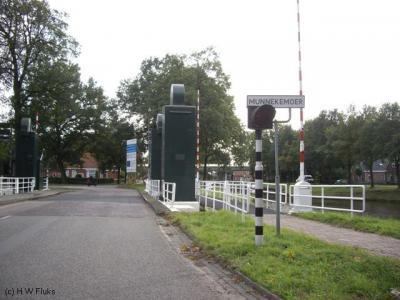 Bijzonder is dat de buurtschap Munnekemoer deels buiten en deels binnen de bebouwde kom (van Ter Apel) ligt. Vanuit Drenthe is er eerst een heel stuk buiten de bebouwde kom. Later kom je de bebouwde kom van het dorpsgebied van Ter Apel binnen.