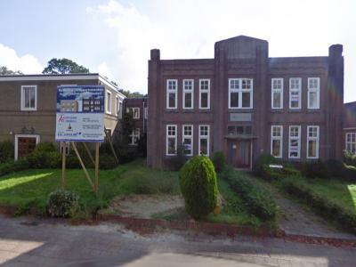 Munsterscheveld, het rechts naast de Willehaduskerk gelegen pand Mariahof is een voormalige RK huishoudschool en kloosterkapel. In 2010 is het pand verbouwd tot een complex met 18 appartementen. (© Google)
