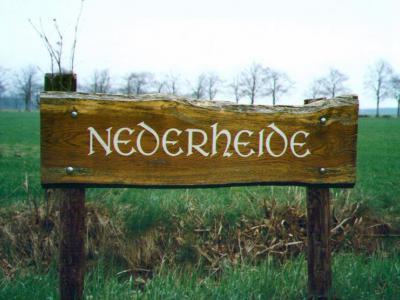 De buurtschap Nederheide had o.a. dit fraaie houten plaatsnaambord aan de Roosendaalse kant. Helaas is dit bord in de loop der jaren verweerd en vervolgens verdwenen. Jammer! Het was nu net zo'n mooi voorbeeld van hoe het ook kan... (© Geert de Bruijn)