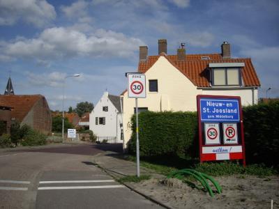 Nieuw- en Sint Joosland is een dorp in de provincie Zeeland, in de streek Walcheren, gemeente Middelburg. Het was een zelfstandige gemeente van 1816 t/m 30-6-1966. (© H.W. Fluks)