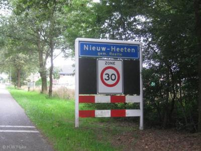 Op de plaatsnaamborden van Nieuw-Heeten staat de spelling gelukkig goed; mét koppelteken. In de gemeentelijke adresbestanden heeft de gemeente een 'tikfoutje' gemaakt; daar staat de plaatsnaam zonder koppelteken.